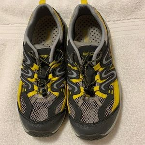 Khombu Women's size 9.5 slip on tennis shoes